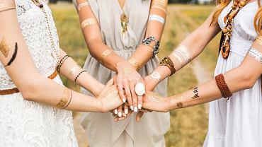 Tatuaż bransoletka na rękę występuje w wielu rodzajach.
