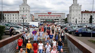 05.08.2020 Białoruś, Mińsk. Pracownicy opuszczają zakład produkcji traktorów.