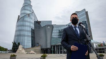 Prezydent Warszawy Rafał Trzaskowski przed siedzibą TVP