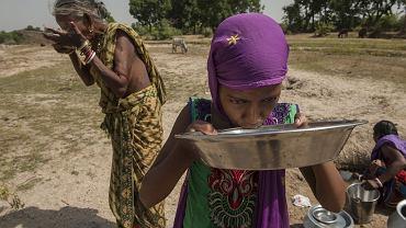Mieszkanki Zachodniego Bengalu piją wodę z niemal wyschniętej rzeki