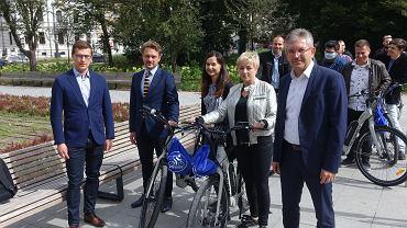 Łódzcy urzędniy z rowerami od firmy Veolia.