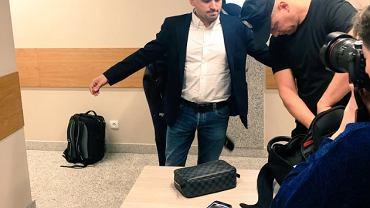 Marcin Dubieniecki przed rozpoczęciem się rozprawy