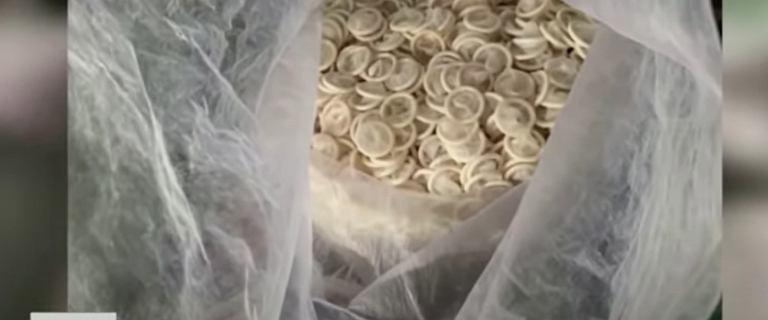 """Policja skonfiskowała 360 kilogramów """"zrecyklingowanych"""" prezerwatyw"""