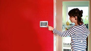 INTELIGENTNY DOM. Manipulator dotykowy INT-TSG, do sterowania systemem alarmowym Integra z podstawowymi elementami automatyki domowej; ekran 4,3 cala, Satel, 922 zł