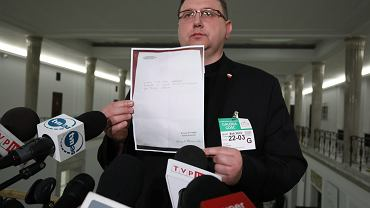 Ks. Tomasz Jegierski w Sejmie pokazuje dokument, który ma być potwierdzeniem pożyczki dla stowarzyszenia Kornela Morawieckiego
