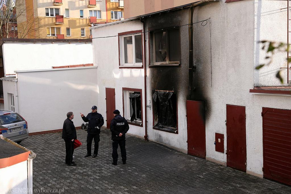 Służby na miejscu tragedii. W pożarze esacpe roomu 'ToNiePokój' zginęło pięć nastolatek. Koszalin, 10 stycznia 2019