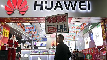Metropolia Shenzhen, sklep z elektroniką reklamuje technologiczną nowość - superszybki internet 5G od Huawei