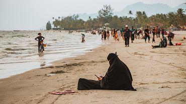 Kobieta w burce na plaży
