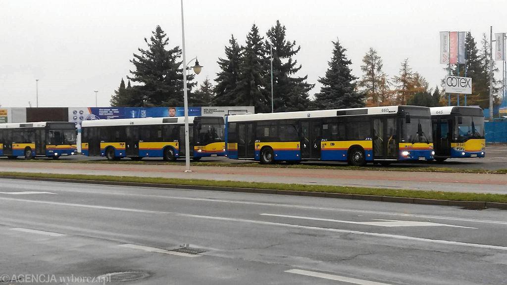 Ewakuacja w rejonie ul. Kossobudzkiego w Płocku; na mieszkańców czekają autobusy Komunikacji Miejskiej