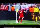 Kuriozalny rzut rożny Alonso. Musiało boleć! [WIDEO]