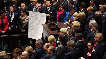 Posłowie opozycji 16 grudnia zablokowali sejmową mównicę w proteście przeciw wykluczeniu z obrad posła PO Michała Szczerby i przeciwko planowanym zmianom w pracy dziennikarzy w Sejmie.