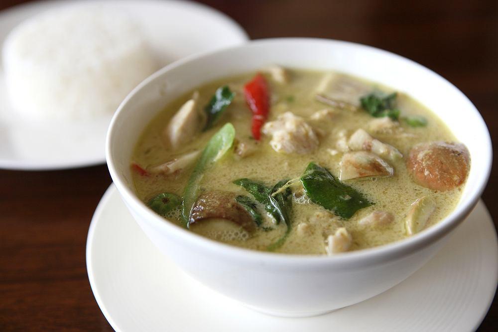 Zupa tajska będzie najlepiej smakowała z sokiem z limonki i świeżą kolendrą