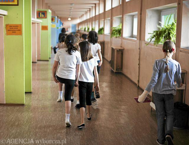 W ciągu roku szkolnego jest tyle dni wolnych od zajęć dydaktycznych, że bez pomocy innych osób rodzic nie jest w stanie zapewnić opieki dziecku, bo nie wystarczy mu dni urlopowych