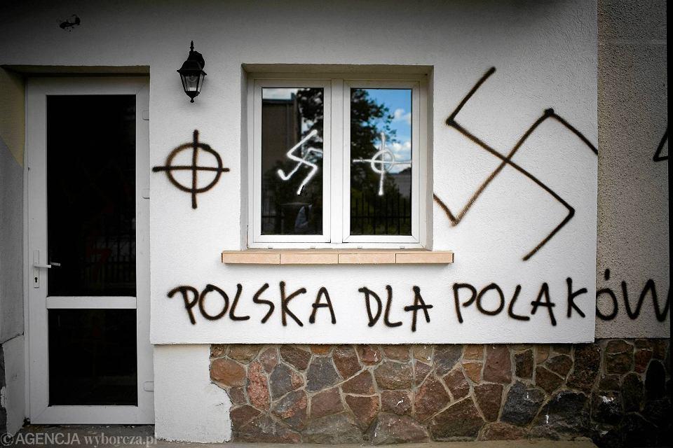 Białystok, 2007 r. Meczet przy ul. Hetmańskiej. Półtora roku temu teatr TrzyRzecze postanowił wymazać z białostockich budynków setki swastyk i zainicjował akcję 'Zamaluj zło!'