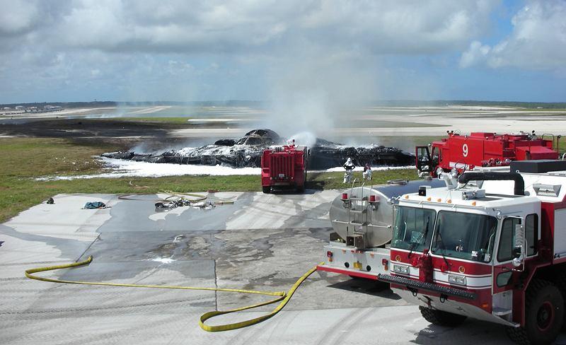 Zniszczony B-2 Spirit of Kansas na lotnisku na Guam w 2008 roku