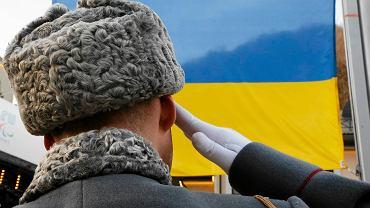 Rosyjski żołnierz salutuje podczas dekoracji ukraińskiego biathlonisty podczas paraolimpiady w Soczi