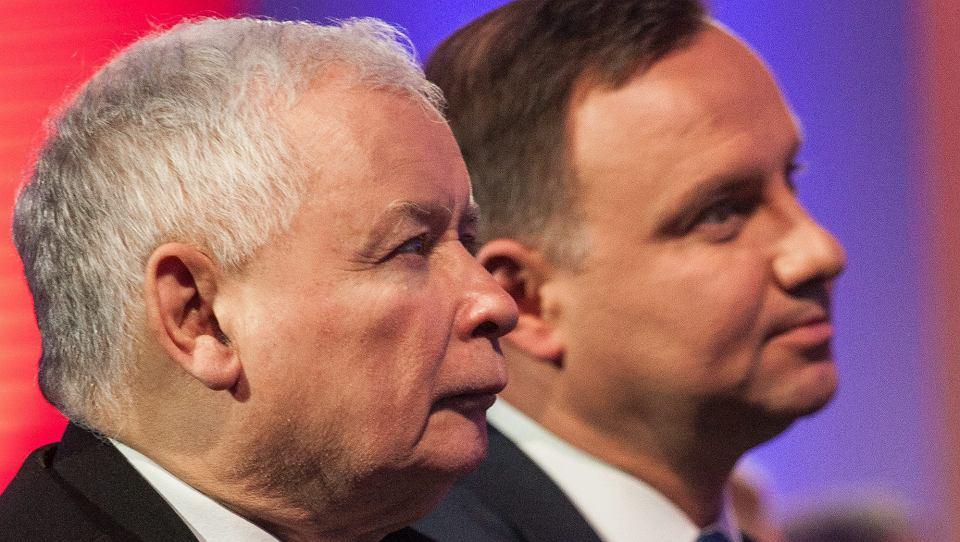 Prezes PiS Jarosław Kaczyński i prezydent Andrzej Duda podczas nadania Krajowej Szkole Administracji Publicznej imienia Lecha Kaczyńskiego. Warszawa, 12 stycznia 2017