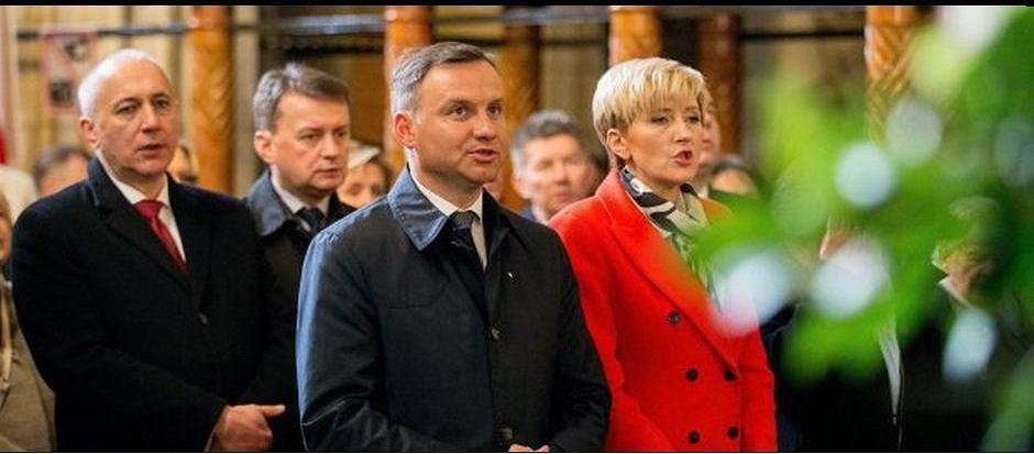 Andrzej Duda podczas mszy świętej w Katedrze na Wawelu w piątą rocznicę pogrzebu Marii i Lecha Kaczyńskich. Kraków, 18 kwietnia 2015 r.