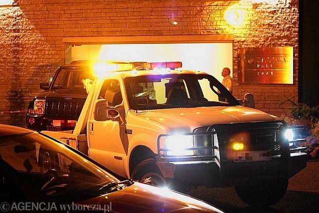 Policja odholowuje samochód gen. Petelickiego z jego garażu