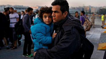 Syryjscy uchodźcy w porcie w Pireusie 14 czerwca 2015 r.  Do Grecji przypływa średnio 600 imigrantów dziennie