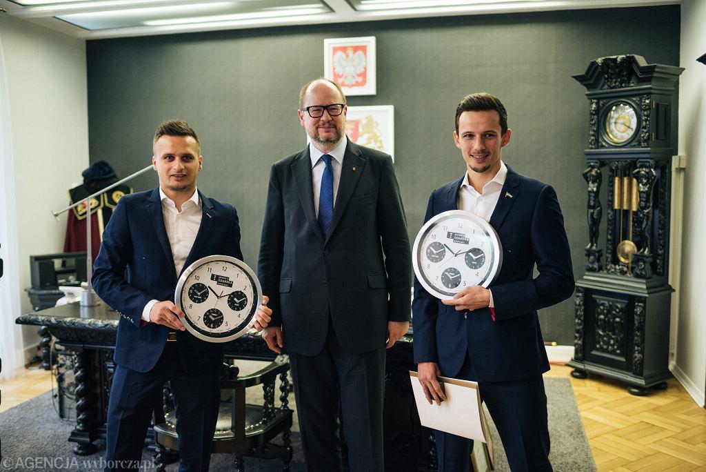 Piłkarze Lechii z wizytą u prezydenta Gdańska  Pawła Adamowicza. Z lewej Sławomir Peszko, z prawej Rafał Wolski