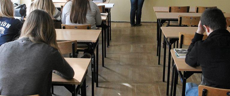 Będą podwyżki dla nauczycieli. Ale tylko po to, żeby nie zarabiali mniej od sprzątaczek