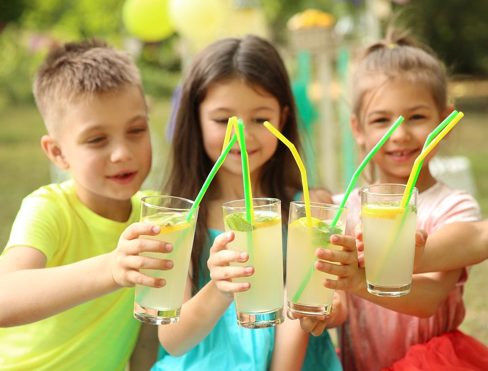 Lemoniada to napój chłodzący o kwaskowatym smaku. W klasycznej wersji składa się z trzech składników: wody, soku cytrynowego i cukru.
