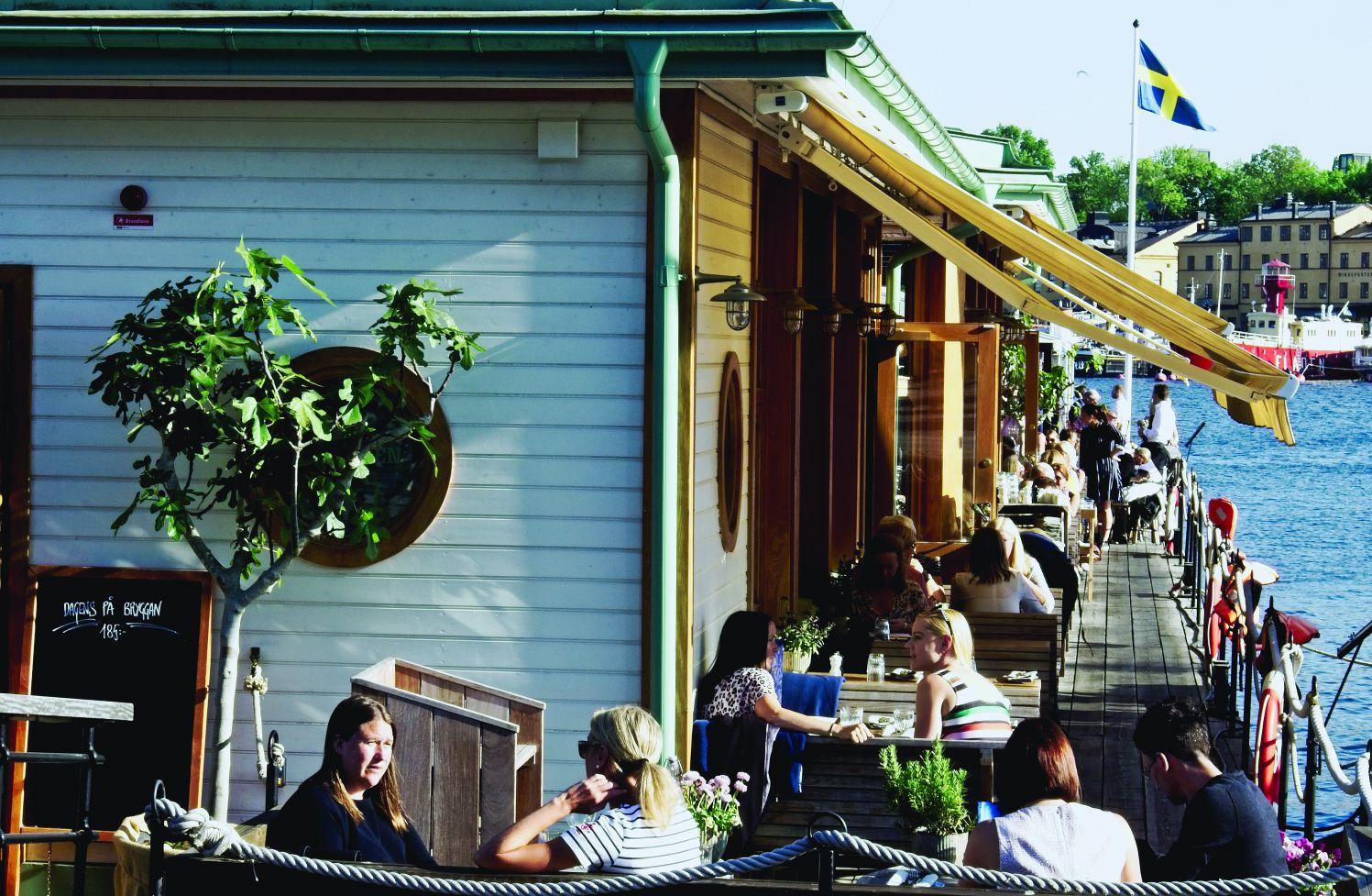 Knajpki przy bulwarze Strandvägen w centrum miasta (fot. Daniel Tubylewicz)
