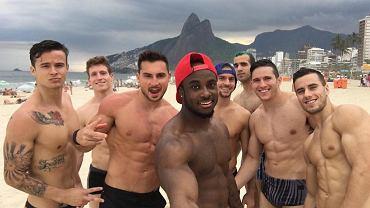 Amerykańscy gimnastycy na plaży w Rio