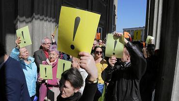 Manifestacja pracowników naukowych i studentów Uniwersytetu w Białymstoku popierająca żądania strajkujących nauczycieli i  pracowników oświaty