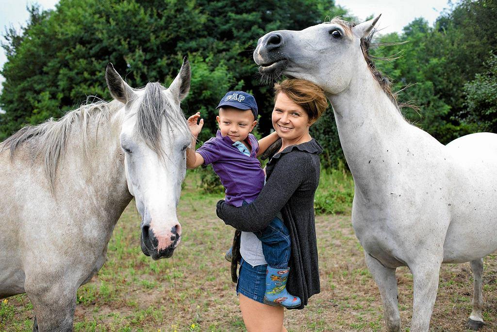 Dzieci, dzięki kontaktowi z końmi, nabierają pewności siebie i wiary we własne możliwości.