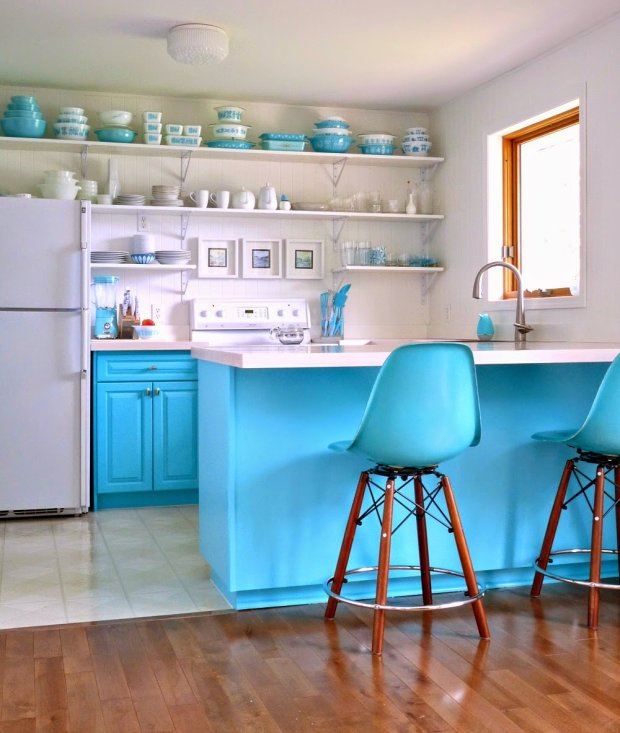 Zasadniczą rolę w kuchni odgrywa kolor. Turkus był marzeniem Pani domu. Stare szafki zagruntowano i pomalowano na nowy odcień. Krzesła barowe przywiezione ze starego mieszkania są niemal w identycznym kolorze.