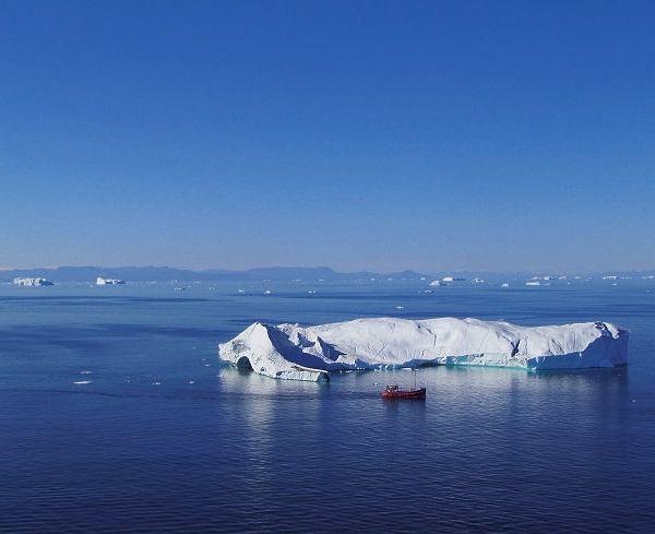 Wzatoce Disko kołyszą się góry lodowe wyglądające jak klocki rozrzucone przez dziecko olbrzymów