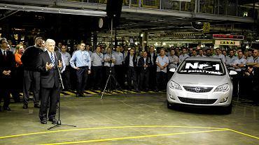Fabryka Opla w Gliwicach. Prof. Jerzy Buzek, ówczesny przewodniczący Parlamentu Europejskiego odbiera pierwszy wyprodukowany egzemplarz Opla Astry IV . 30 listopada 2009