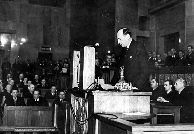Minister spraw zagranicznych Józef Beck wygłasza exposé w Sejmie 5 maja 1939 r. po zerwaniu przez Niemcy paktu o nieagresji. 'Pokój jest rzeczą cenną i pożądaną. (...) Ale pokój, jak prawie wszystkie sprawy tego świata, ma swoją cenę, wysoką, ale wymierną. My w Polsce nie znamy pojęcia pokoju za wszelką cenę. Jest tylko jedna rzecz w życiu ludzi, narodów i państw, która jest bezcenną. Tą rzeczą jest honor' - mówił ostatni przedwojenny szef polskiej dyplomacji.