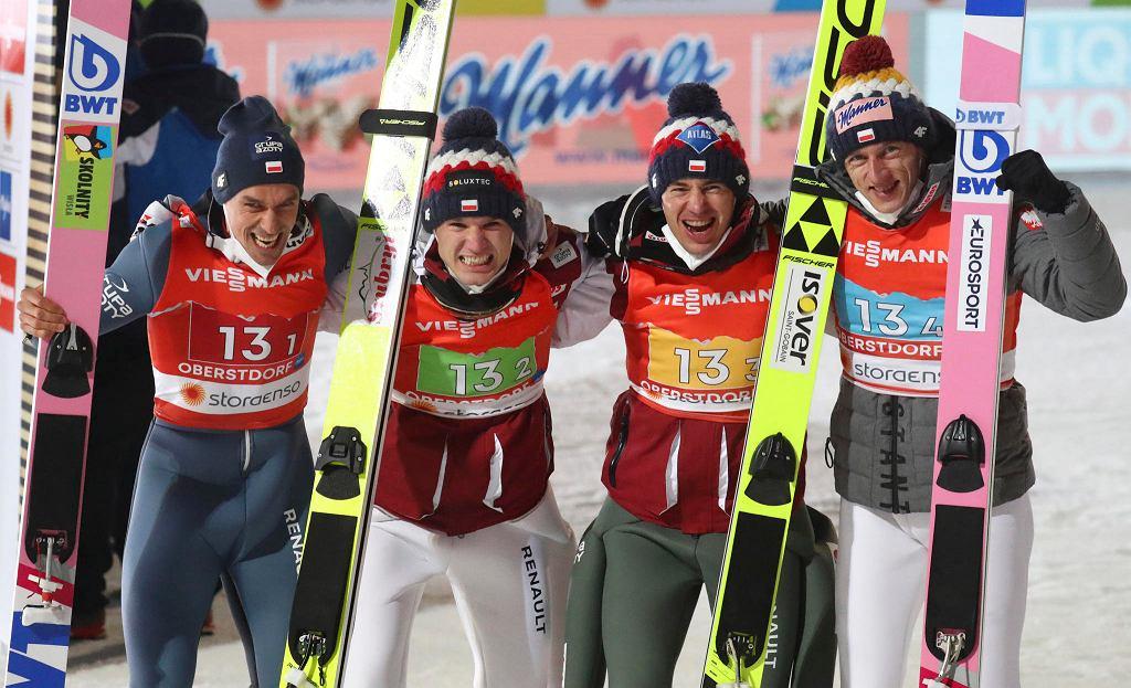 Reprezentacja Polski po konkursie drużynowym w Oberstdorfie. Od lewej: Piotr Żyła, Andrzej Stękała, Kamil Stoch i Dawid Kubacki