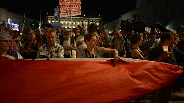 Prezydent podpisał nowelizację ustaw sądowych. Protest przed Pałacem Prezydenckim. Warszawa, 26 lipca 2018