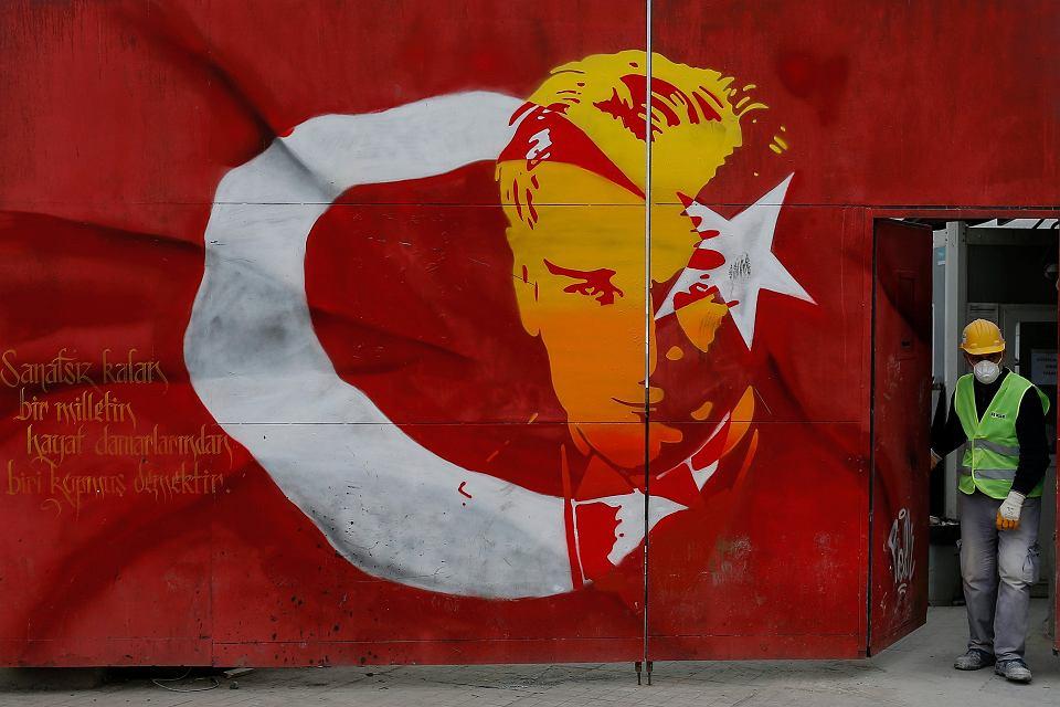 Stambuł, bilboard z turecką flagą i portretem Kemala Ataturka, ojca tureckiej republiki