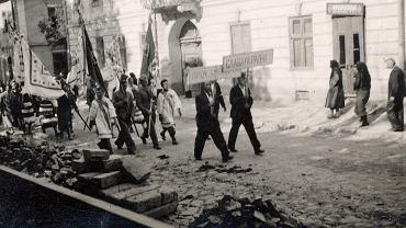 Niepodległościowa i antysowiecka demonstracja nacjonalistów ukraińskich w 1941 r. w nieznanym mieście