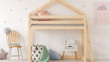 Łóżko piętrowe w kształcie drewnianego domku na pewno zachwyci wszystkie maluchy