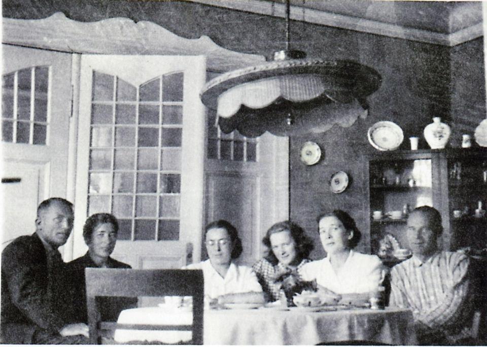 Rodzina na Jaśkówce po wojnie, ok. 1948 r. Od lewej: Staszek Ochman, trzeci mąż Magdy, ciotka Magda, dr Janina i Olga Krzyżanowskie, ciotka Hala Kalandykowa i jej mąż, przedwojenny pułkownik Józef Kalandyk
