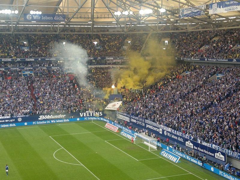Dym ze świec ponad sektorem fanów Borussii