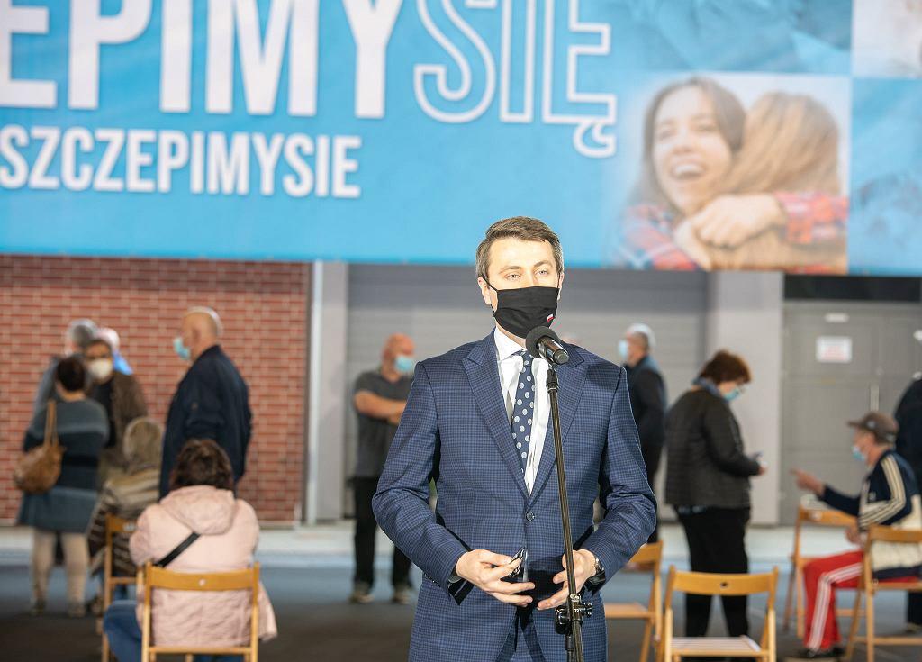 Piotr Müller w punkcie szczepień w Redzikowie