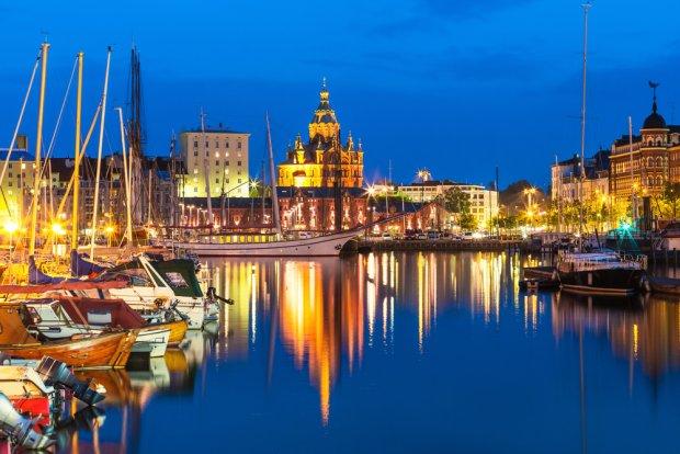 Tutejszym mieszczanom najwyraźniej się powodzi... Rozległa marina jachtowa w centrum Helsinek i odbijająca się w tafli wody, prawosławna katedra. Fot. Oleksiy Mark / shutterstock.com