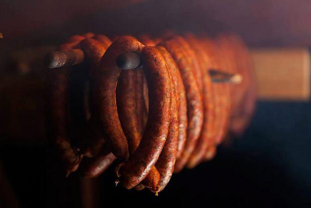 Ręcznie formowane kiełbasy zwędzarni Dunikowskich