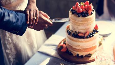 Tort weselny - ile kosztuje, jak go udekorować i na jaki smak postawić? Zdjęcie ilustracyjne