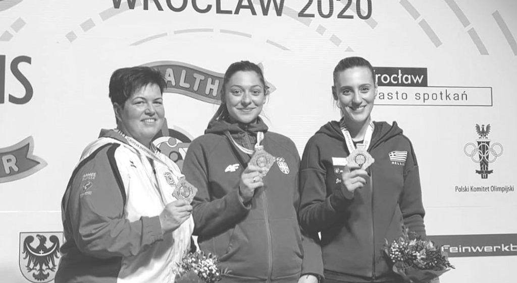 Bobana Momcilović-Velicković (w środku)