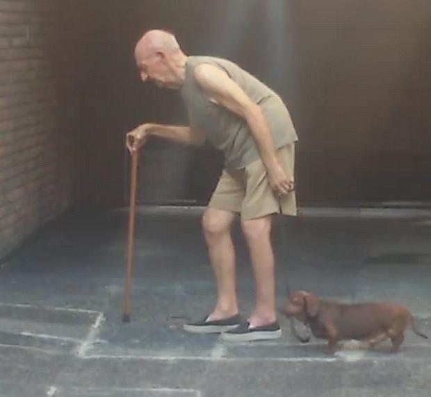 Starszy pan ze sowim wiernym przyjacielem