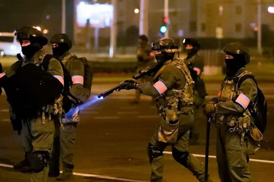Białoruski milicjant szykuje się do oddania strzału gumową kulą, Mińsk, 10 sierpnia 2020 r.
