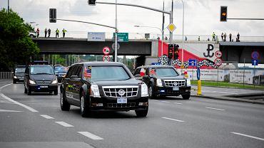 Kolumna pojazdów z prezydentem USA w Warszawie